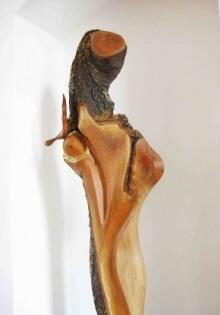 holzskulpturen-kaufen Koenigin-des-Friedens Rathhaus-Poettmes Holz-Design-von Hannes Conrad IMG 0725